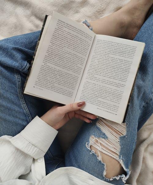 Ritaglia Il Libro Di Lettura Della Donna Senza Volto Sul Letto