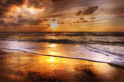 Immagine gratuita di acqua, alba, arancia, bagnasciuga