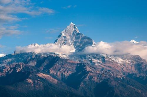 灰色と茶色の山