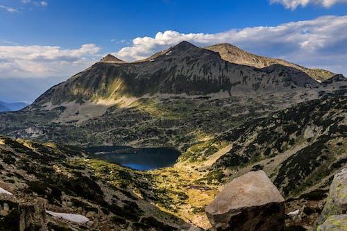 Kostnadsfri bild av bakgrund, berg, bergiga landformer, bergskedja