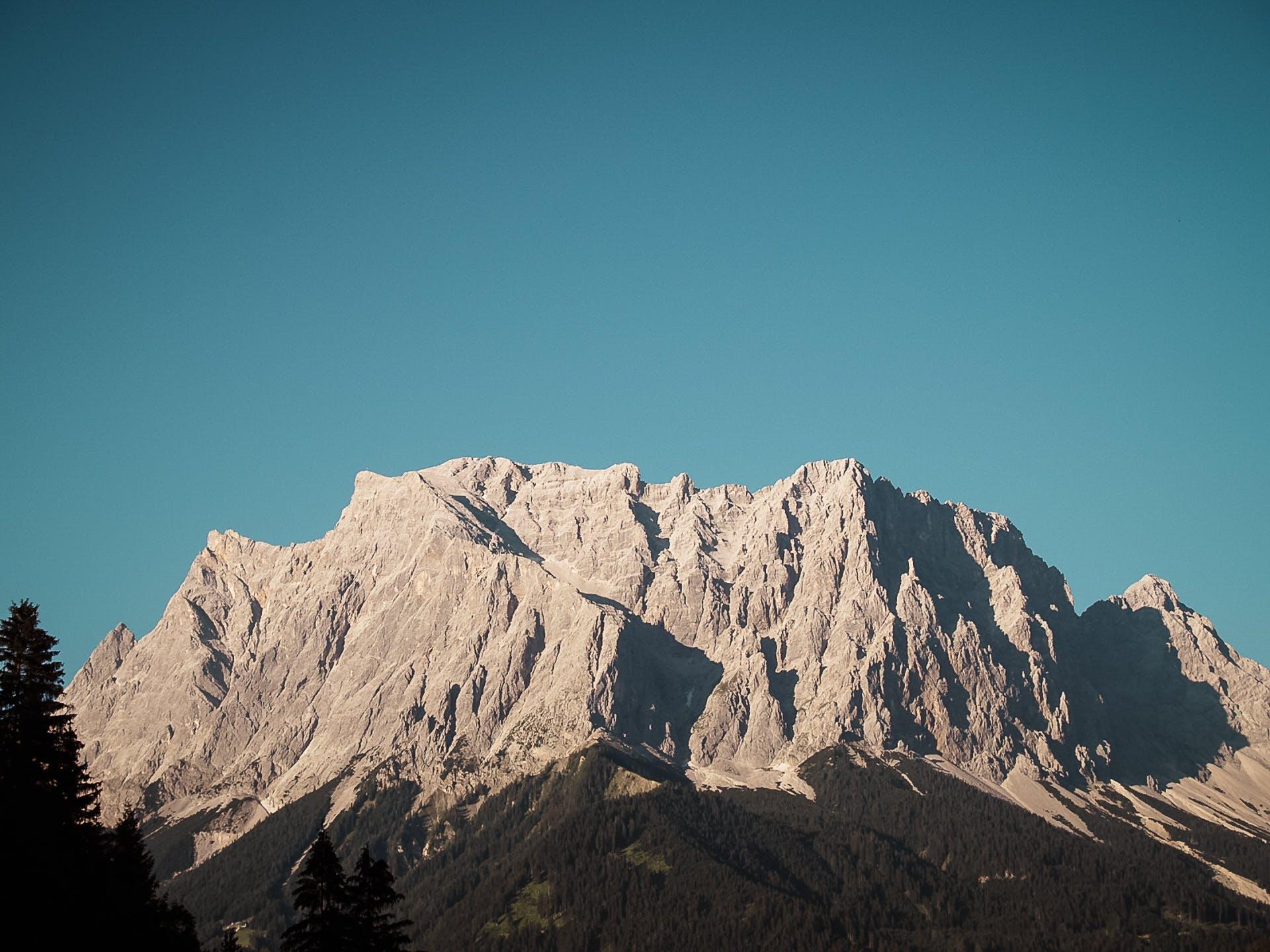 Kostenloses Stock Foto zu abenteuer, berg, blauer himmel, friedvoll