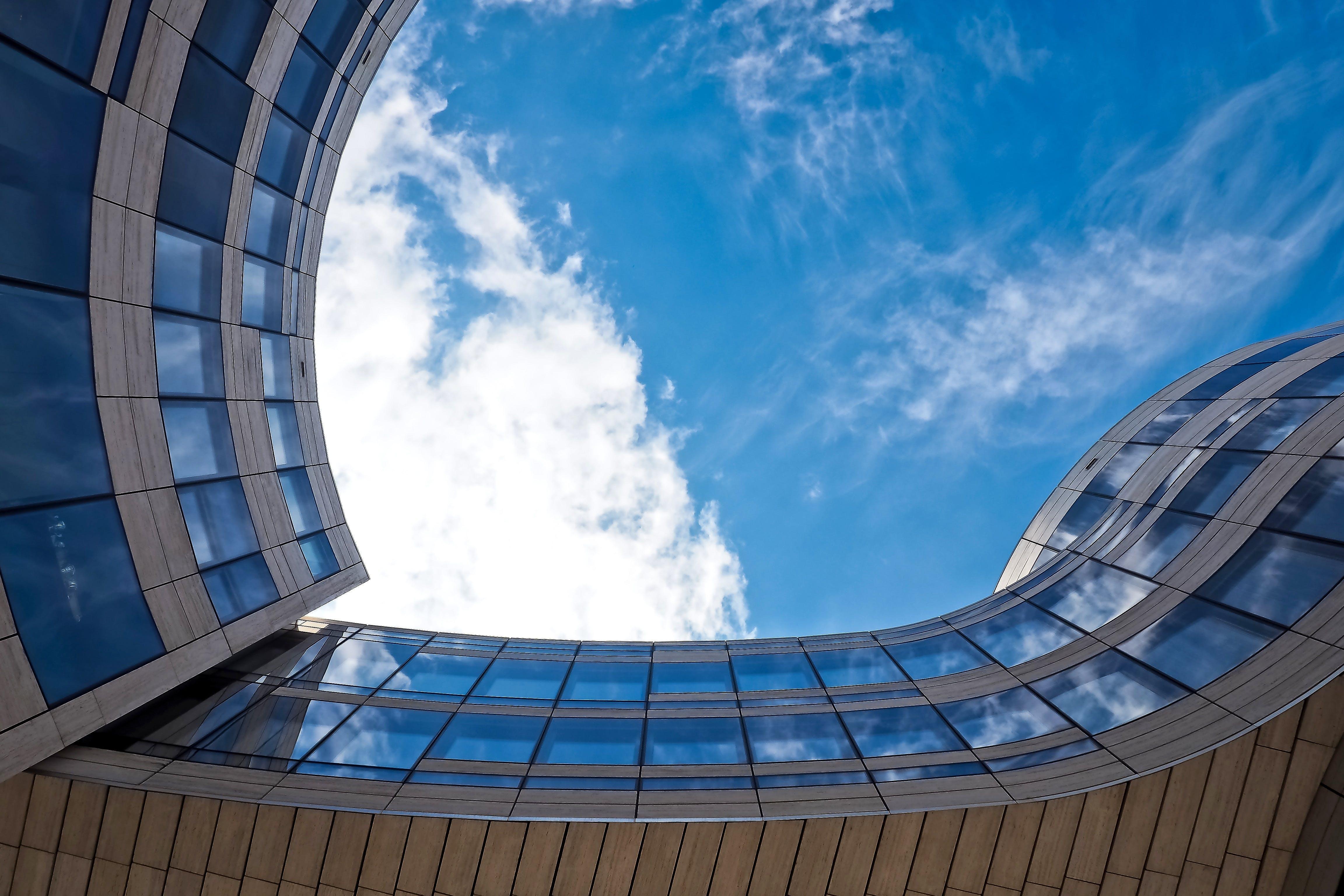Darmowe zdjęcie z galerii z budynek, chmury, drapacz chmur, fasada