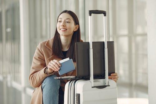 Kostnadsfri bild av använder sig av, bagage, bärbar dator, biljett