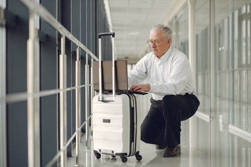 Kostnadsfri bild av allvarlig, använder sig av, bagage, bärbar dator