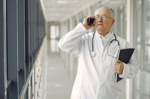 Kostnadsfri bild av äldre, anteckningsbok, arbete, diagnos