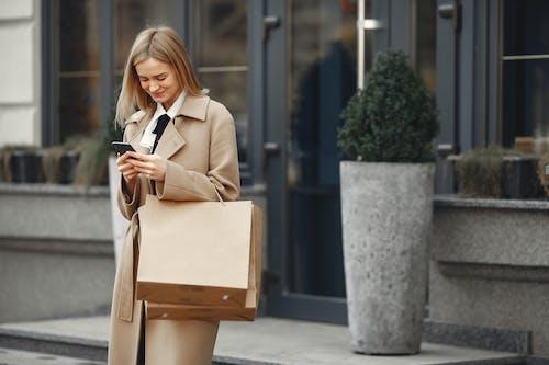 Kostnadsfri bild av använder sig av, bära, bläddring, elegant