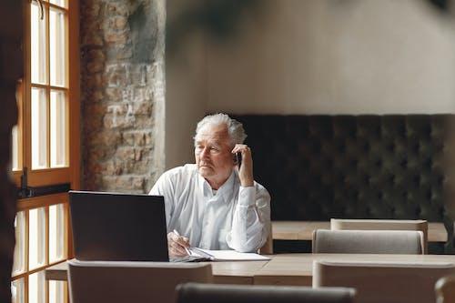 Бесплатное стоковое фото с бизнесмен, в возрасте, в помещении