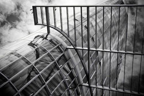 Ilmainen kuvapankkikuva tunnisteilla arkkitehtuuri, ikkunat, juomalasi, korkea
