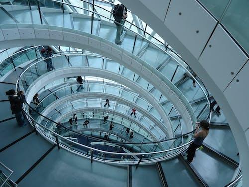 Бесплатное стоковое фото с архитектура, в помещении, здание, лестница