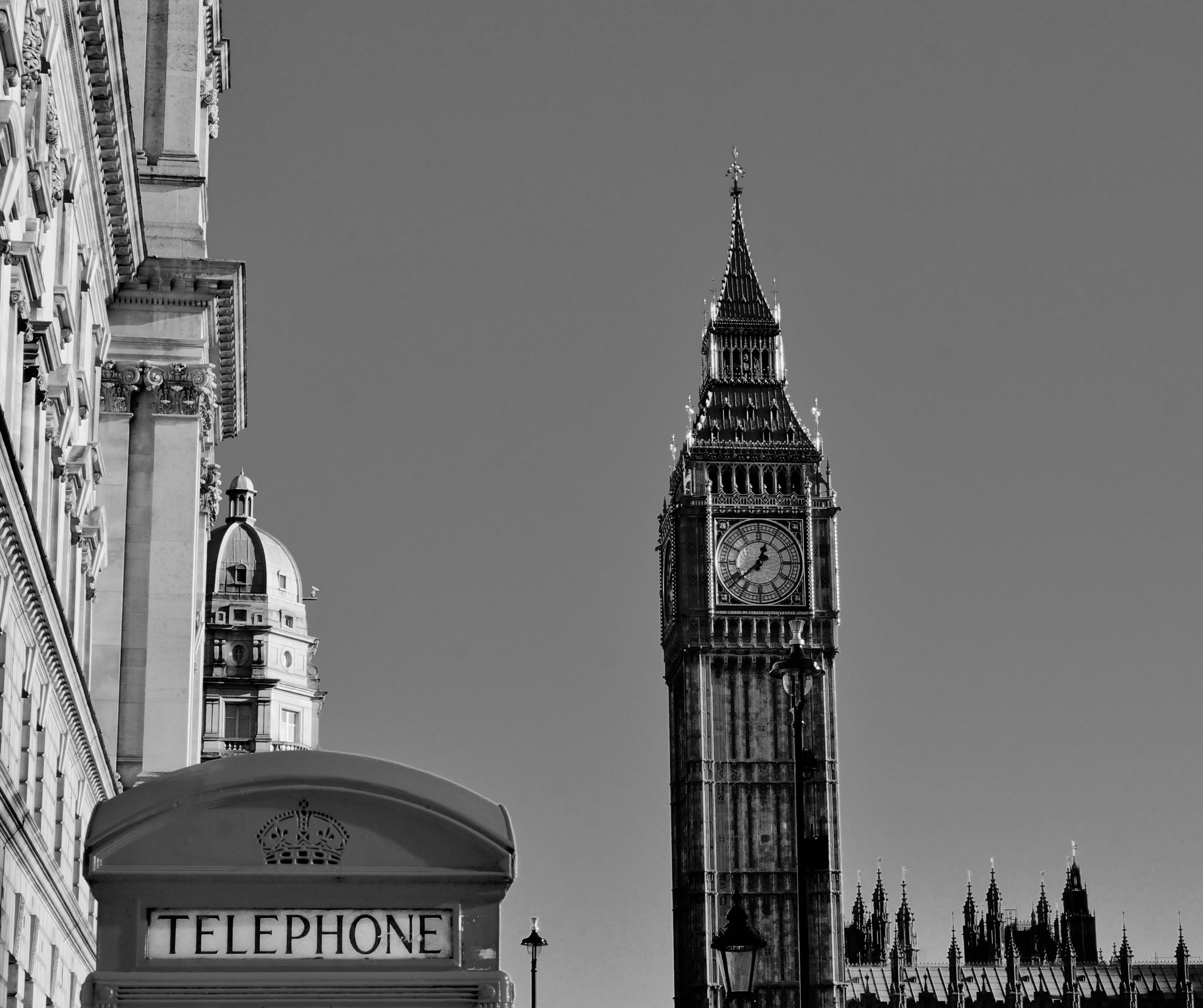 Darmowe zdjęcie z galerii z architektura, big ben, budka telefoniczna, czarno-biały