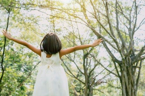 Fotos de stock gratuitas de adulto, al aire libre, alegría, amarillo