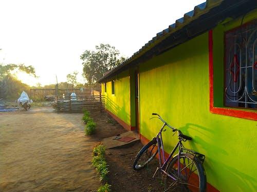 Bahçe, bisiklet, camlar, dağ köyü içeren Ücretsiz stok fotoğraf