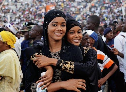 afrika insanlar, afrikalı kadınlar, arka plan bulanık, arkadaş içeren Ücretsiz stok fotoğraf