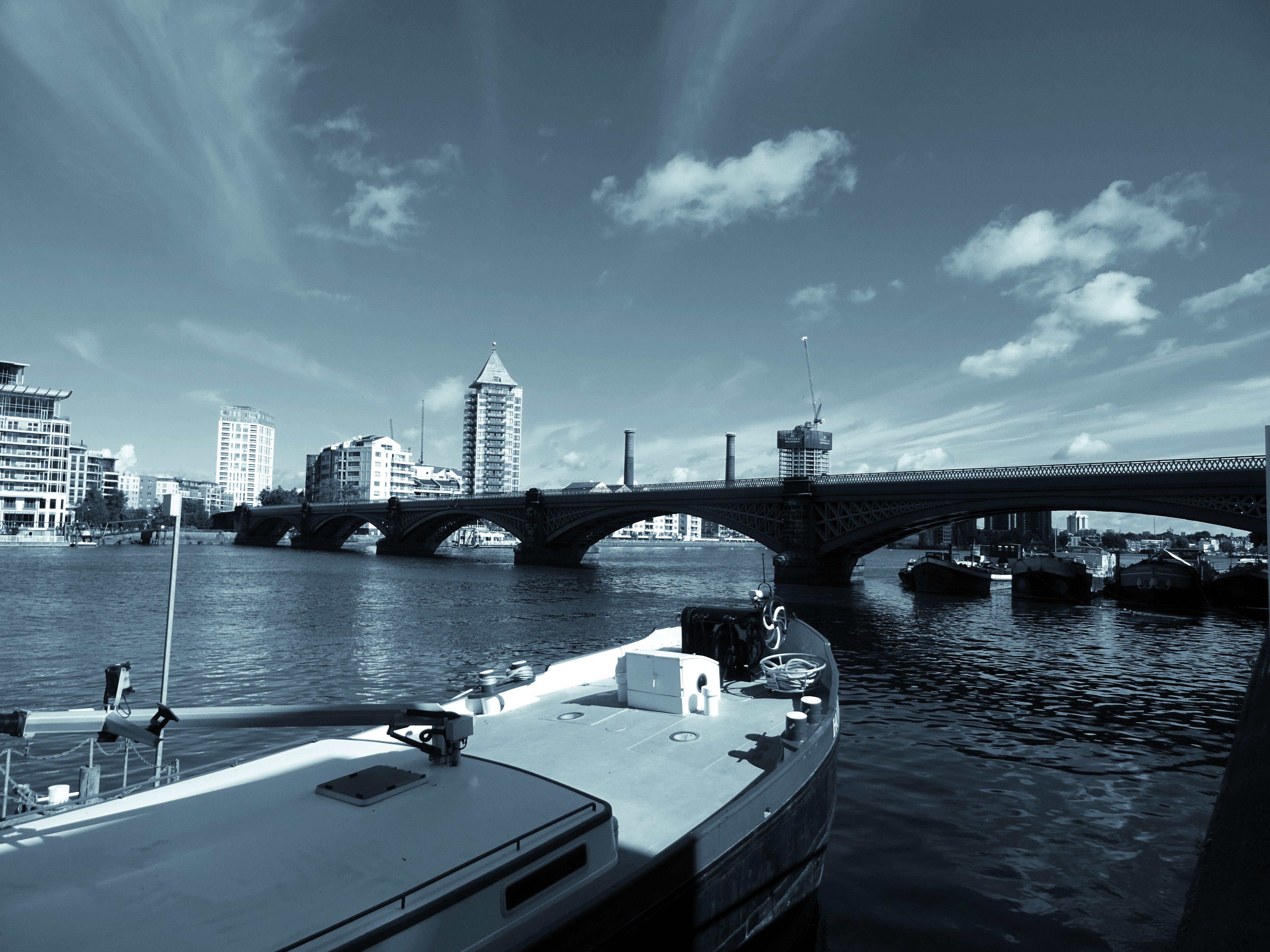 Fotos de stock gratuitas de agua, arquitectura, barcos, blanco y negro