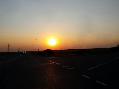 Fotobanka sbezplatnými fotkami na tému autá, cesta, chodník, jasná obloha