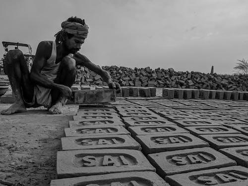 Kostnadsfri bild av afrikansk man, barfota, betong