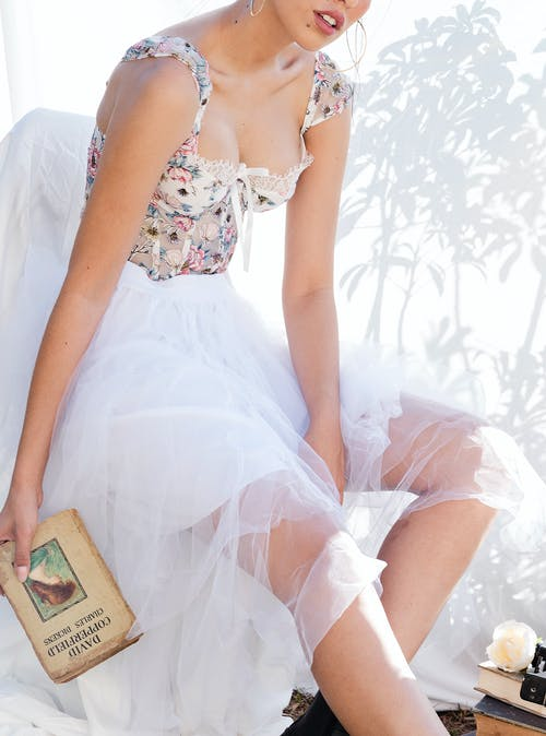 Gratis stockfoto met aantrekkelijk mooi, aantrekkingskracht, binnenshuis, boeken