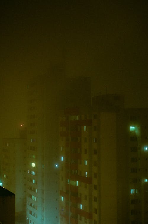 Foto profissional grátis de neblina, névoa, nevoeiro, noite escura