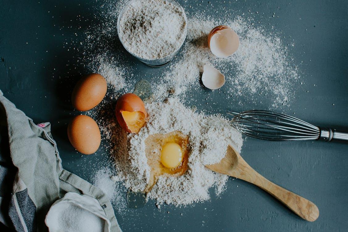 Farine Et œufs Cassés Sur Table Avant Le Pétrissage De La Pâte