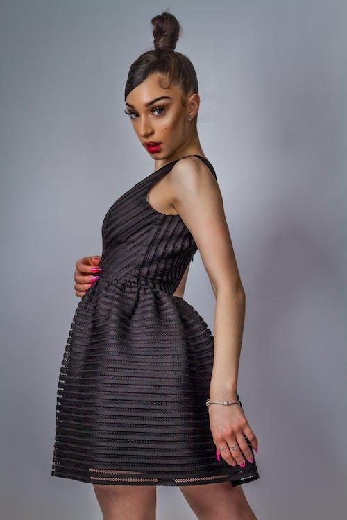 Základová fotografie zdarma na téma 20-25 letá žena, černá lišta, černý model, dlouhý