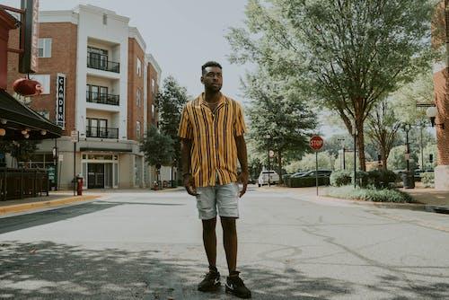 Gratis stockfoto met aanschouwen, Afro-Amerikaanse man, andere kant op kijken, asfalt