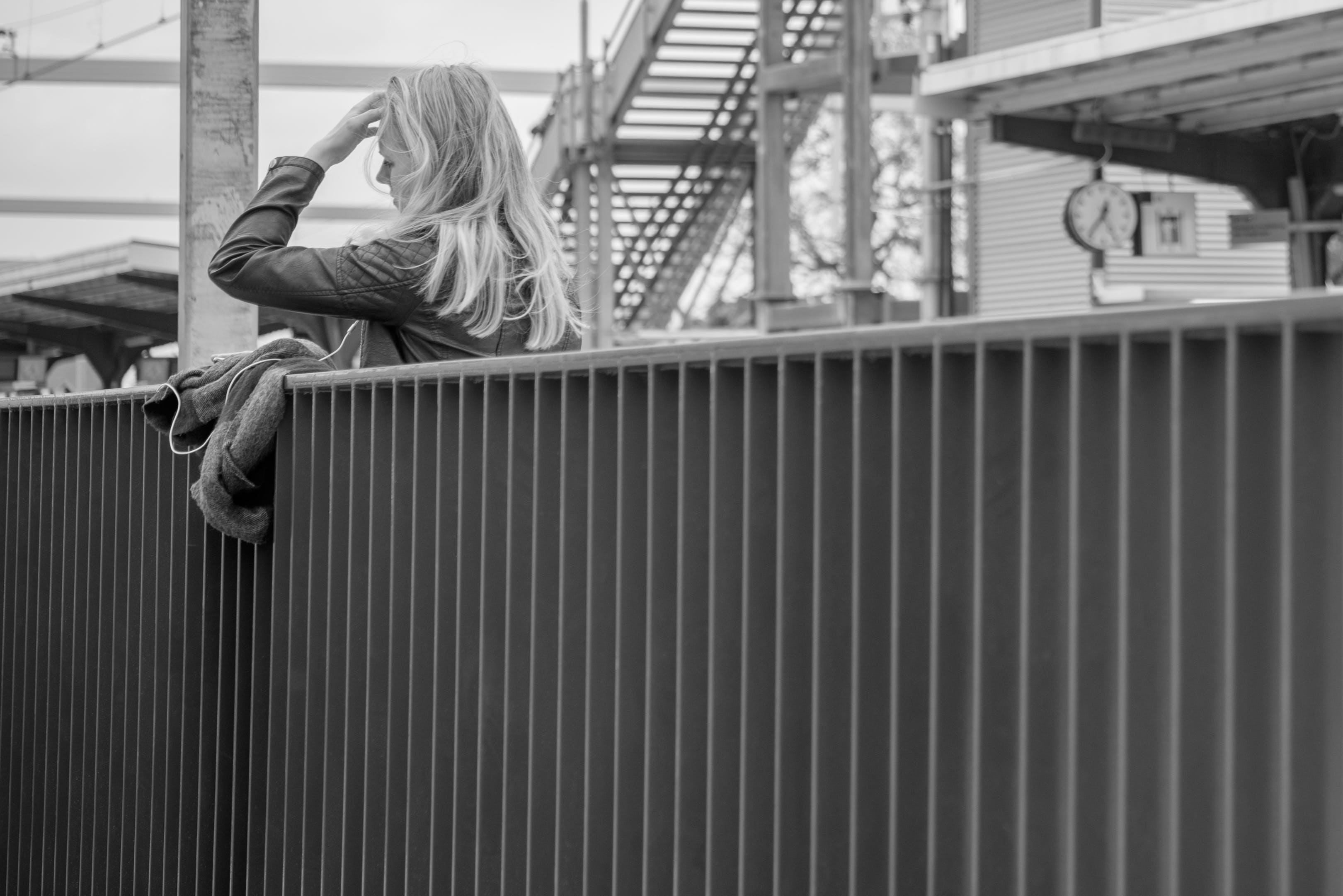 Kostenloses Stock Foto zu blond, brücke, draußen, erwachsener