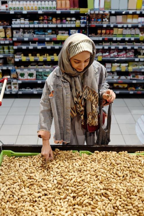 Foto stok gratis barang dagangan, berbelanja, eceran, gadis muslim