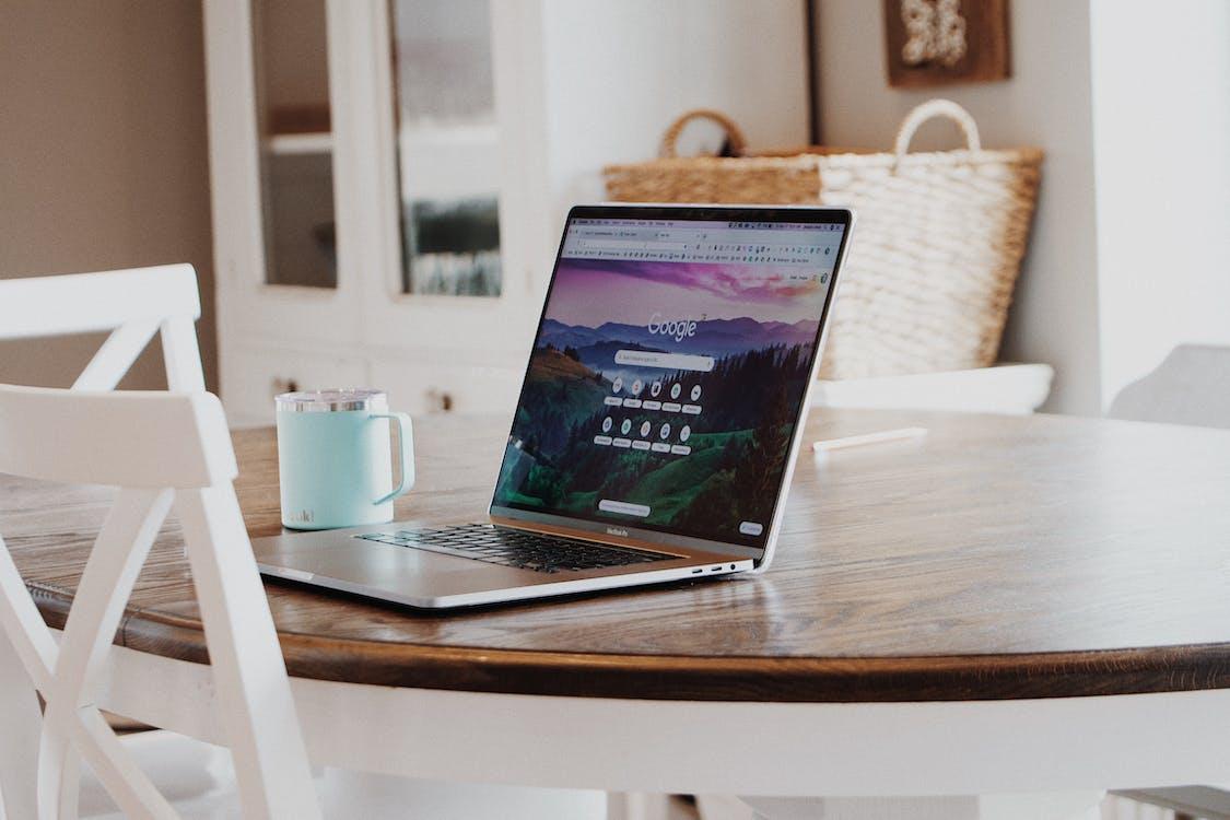 Безкоштовне стокове фото на тему «Google, MacBook, MacBook Air»
