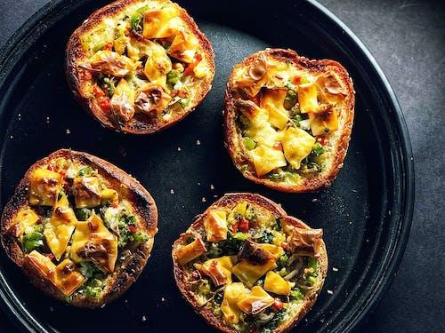 akşam yemeği, domates, domuz pastırması, ekmek içeren Ücretsiz stok fotoğraf