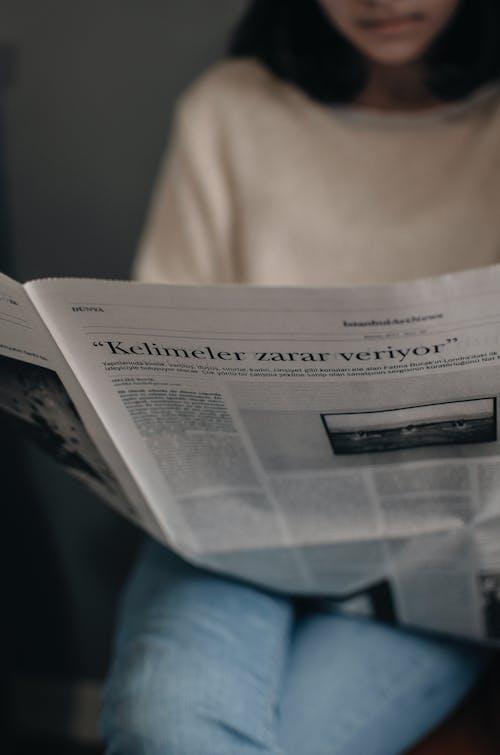 Gratis arkivbilde med avis, avslapping, daggry, familie