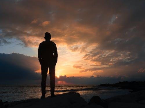 adam deniz kenarında kal, adam günbatımı görünüyor, deniz, deniz gün batımı içeren Ücretsiz stok fotoğraf