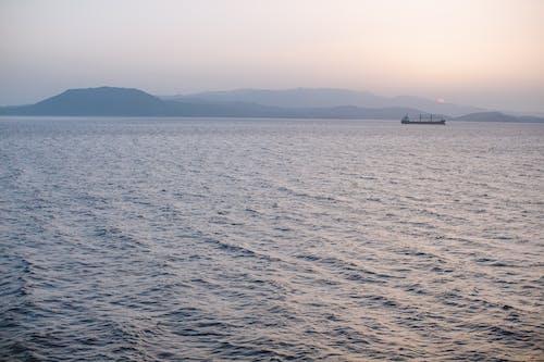 Kostenloses Stock Foto zu berge, boot, dämmerung, horizont