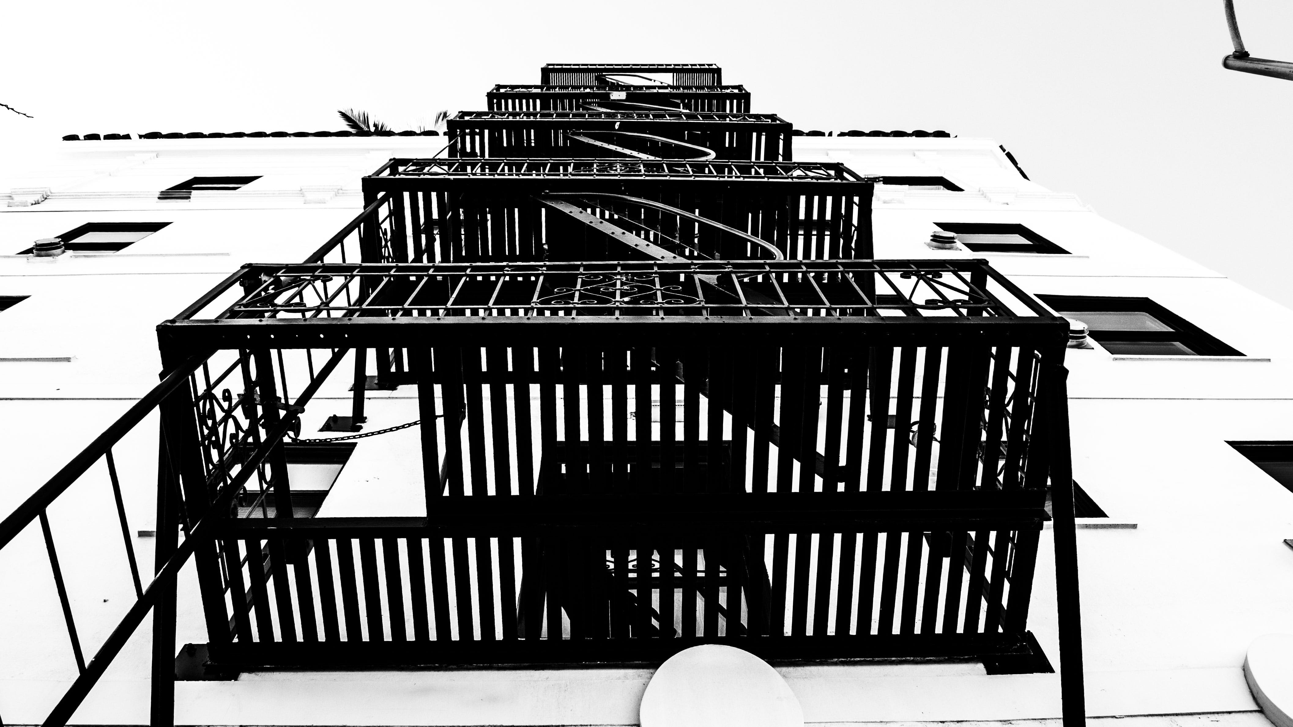 Gratis lagerfoto af arkitektur, balkon, bygning, lavvinkelskud