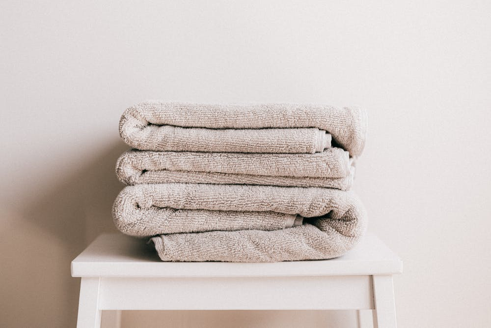 Cotton towels on a white tool. | Photo: Pexels
