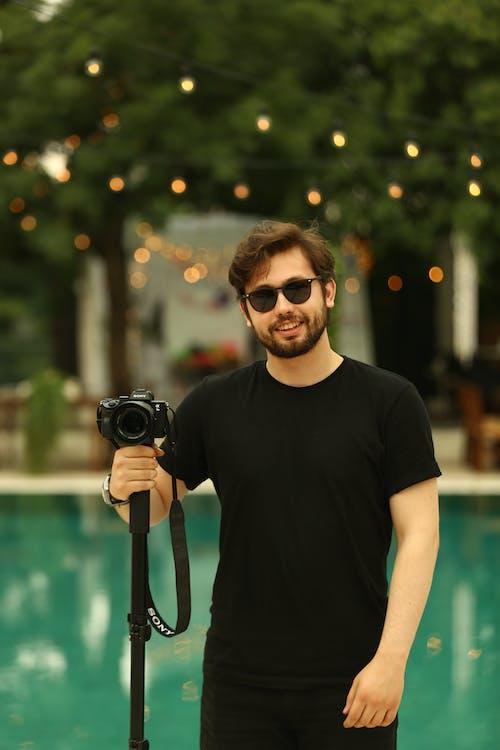 Kostnadsfri bild av digitalkamera, dslr-kamera, fotograf, fritidskläder