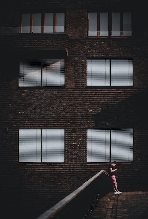 Gratis arkivbilde med alene, anonym, arkitektur, bod
