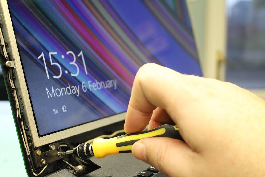 Foto profissional grátis de chave de fenda, computador portátil, laptop