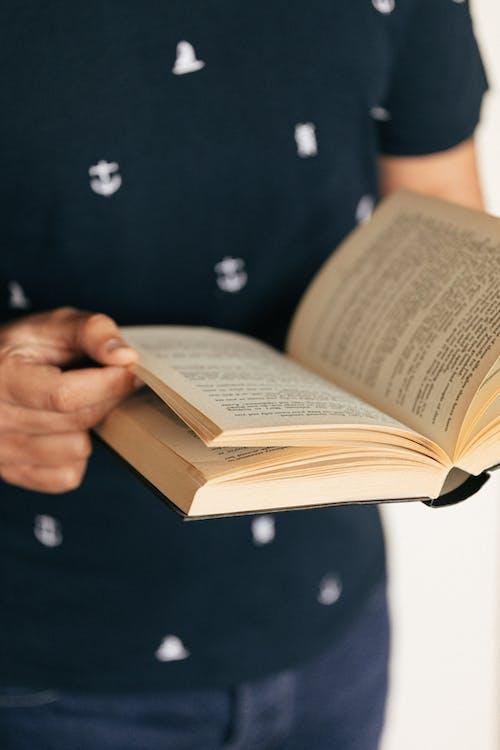 Безкоштовне стокове фото на тему «безликим, вертикальний, відкрита книга»