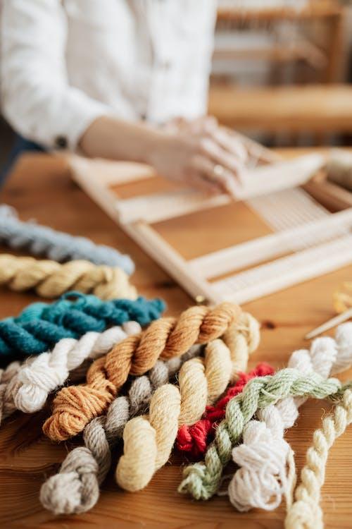 Darmowe zdjęcie z galerii z bawełna, drewniany stół, głębia pola, liny