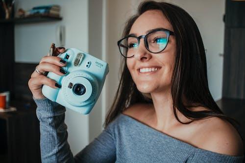 Gratis lagerfoto af afslappet, ansigtsudtryk, briller, brunette