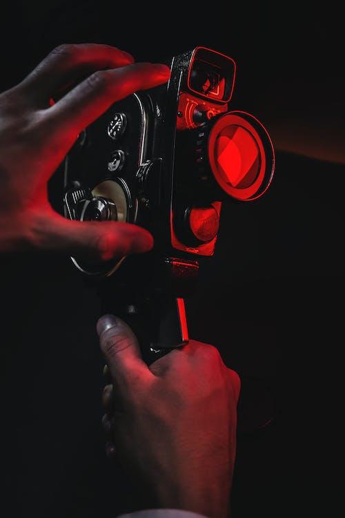 Základová fotografie zdarma na téma analogový fotoaparát, bezpečnost, červená světla, filmová kamera