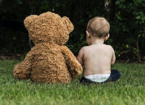 arka, bebek, çim, çocuk içeren Ücretsiz stok fotoğraf