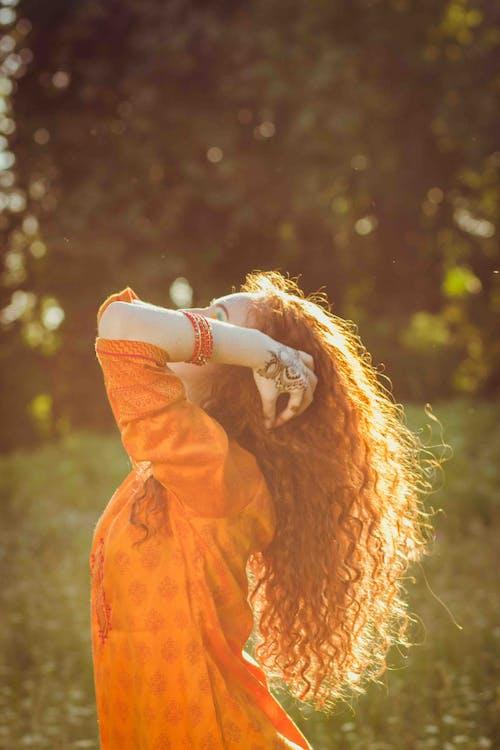 açık hava, bukleli saç, dış mekan, elbise içeren Ücretsiz stok fotoğraf
