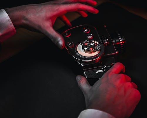 açık, adam, analog kamera, araba içeren Ücretsiz stok fotoğraf