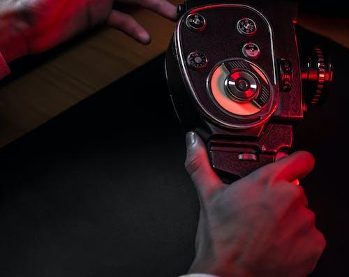 Základová fotografie zdarma na téma analogový fotoaparát, filmová kamera, fotoaparát, kamera v ruce