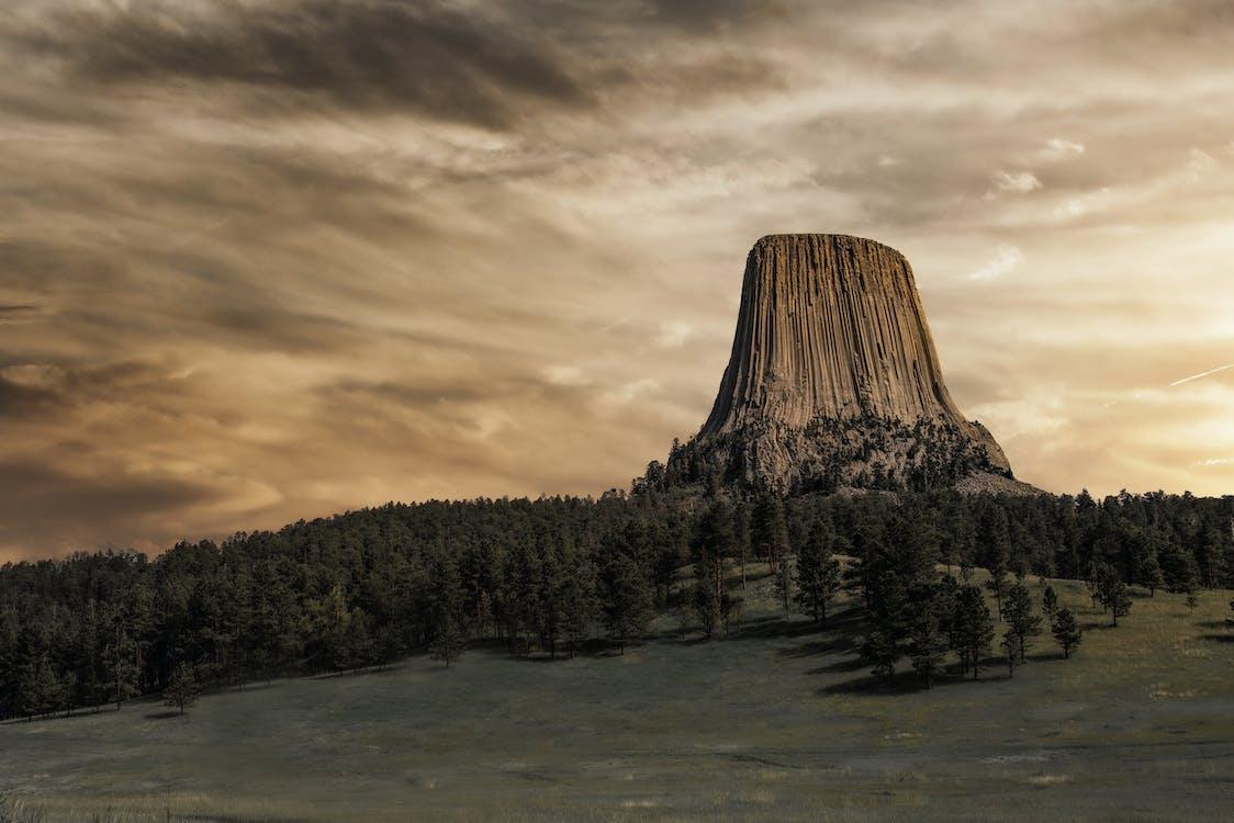 Bruine Berg Onder Bewolkte Hemel