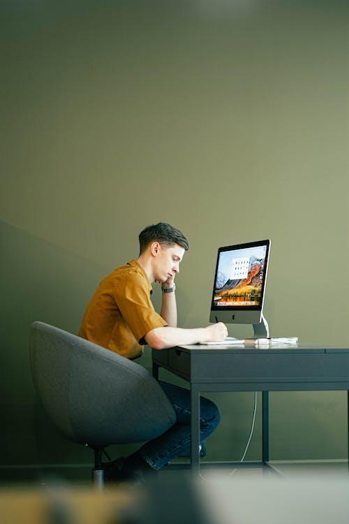 Gratis arkivbilde med ansatt, bord, datamaskin