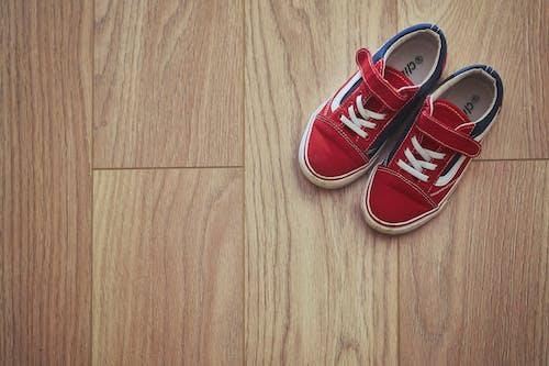 Darmowe zdjęcie z galerii z buty, buty dziecięce, czerwone trampki, trampki