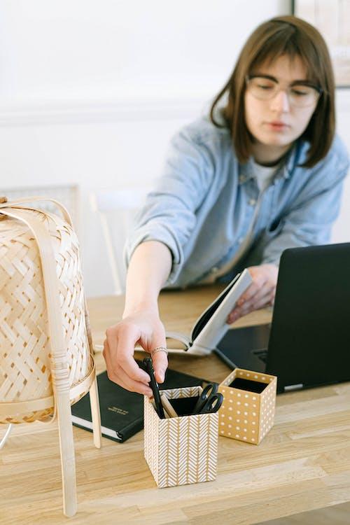 Gratis lagerfoto af bærbar computer, boks, bord, computer