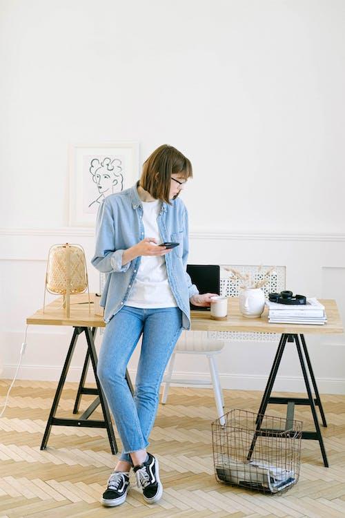 Uma dica para pensar em como montar um home-office gastando pouco é fazer seus móveis e decorações. Uma ideia é usar uma porta lisa como mesa e apoiar ela em cavaletes.